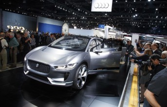 161128jaguar-ipace_landrover-discovery_thumb